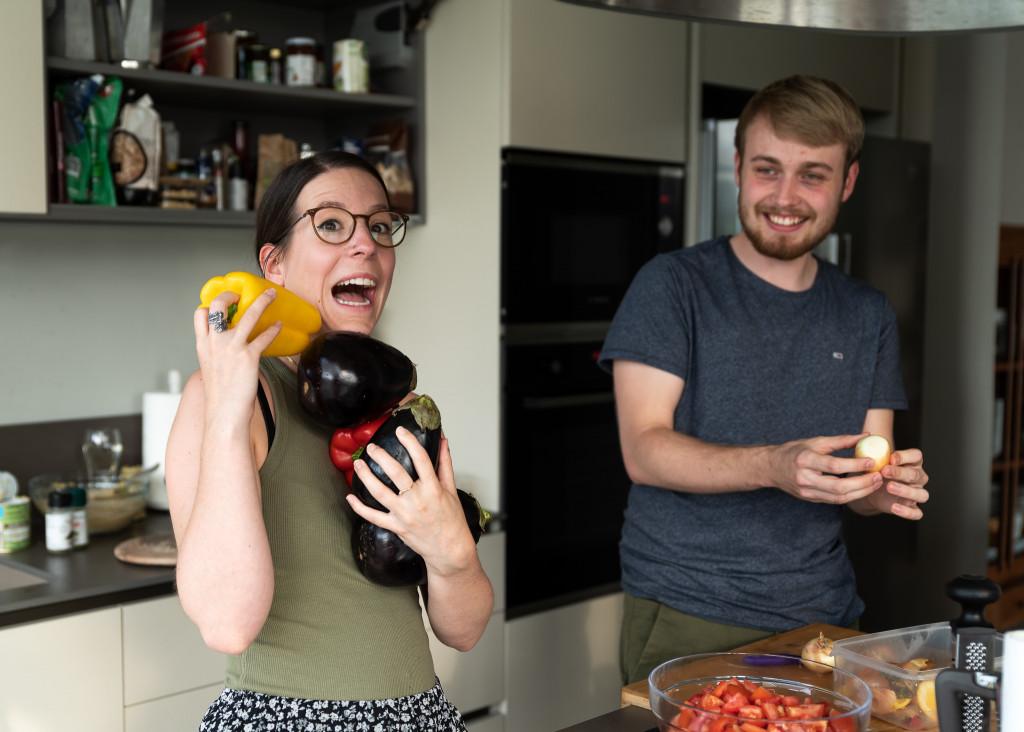 Tamara und Raphael bereiten ein Ratatouille vor.