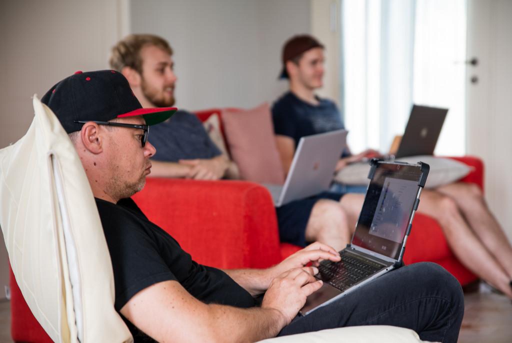 Rasti, Raphael und Marco auf dem Sofa am arbeiten