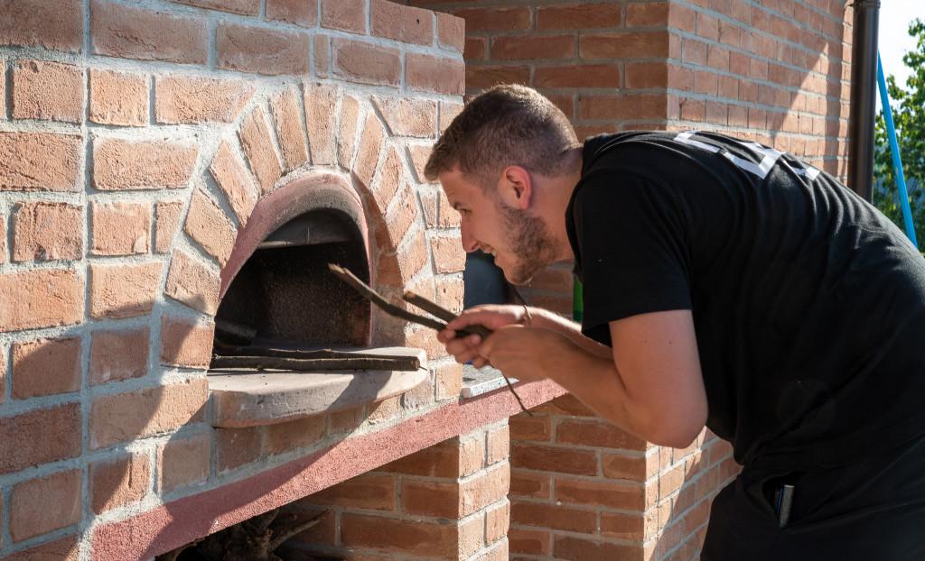 Silvan heizt den Pizzaofen ein